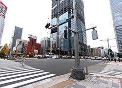②横断歩道があり、右手には建設現場が見えます。