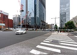 ③八重洲口を右手に横断歩道を渡り、さらに建築現場の方に向かって横断歩道を渡ります。