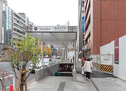 ④横断歩道を渡り直進すると八重洲地下街の26番出口と新生銀行の看板が見えます。さらに直進します。