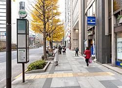 ⑤柳通りを過ぎると「通り三丁目」のバス停が見えてきます。さらに40mほど進むと右手に越前屋ビルが見えてきます。