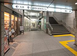 B3出口から地上へ上がります。