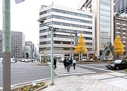 日本橋三丁目交差点、横断歩道を渡ると越前屋ビルにつきます。
